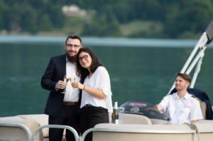Image d'un couple sur un bateau - Croisière romantique